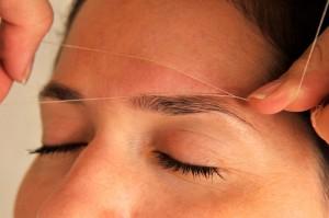 Orientalische Fadentechnik für perfekte Augenbrauen